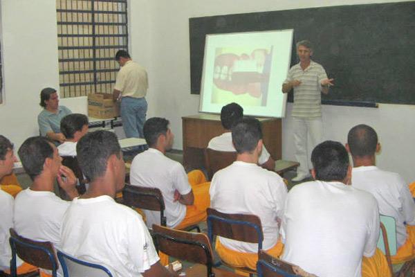 Detentos assistem às aulas em SP